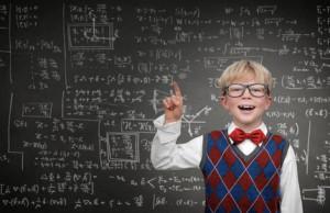 KInd vor einer Tafel mit Formeln